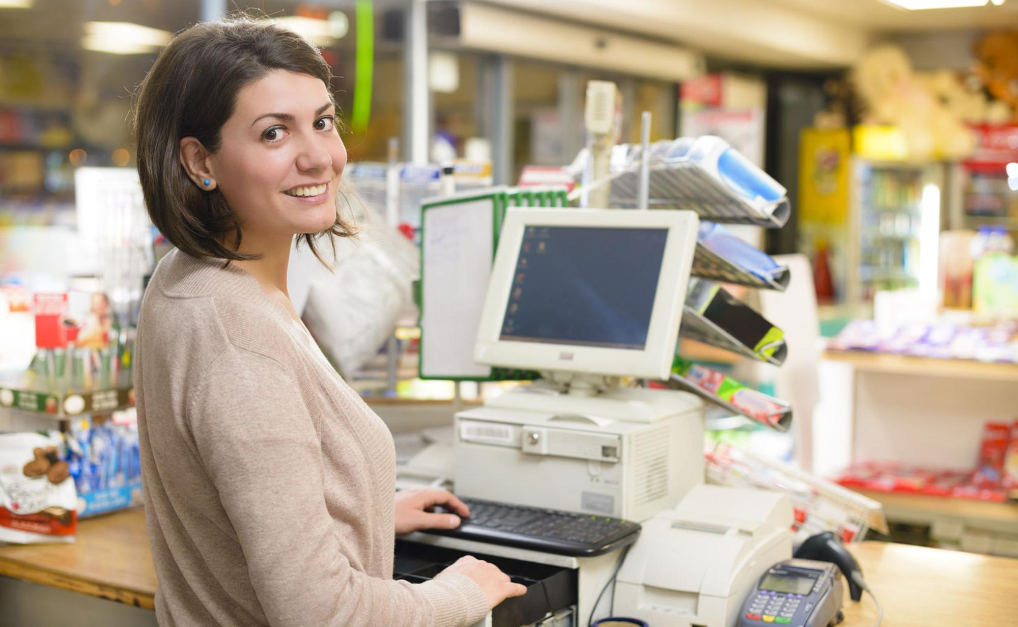 Junge Frau an Kassensystem